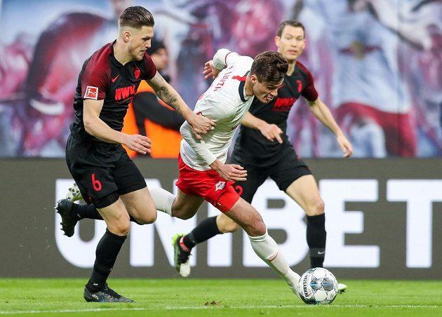 Český útočník Patrik Schick proniká k brance Augsburgu v bundesligovém utkání.