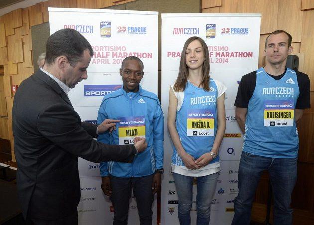 Esa sobotního Pražského půlmaratónu: zleva Jihoafričan Gladwin Mzazi a čeští vytrvalci Anežka Drahotová a Jan Kreisinger.