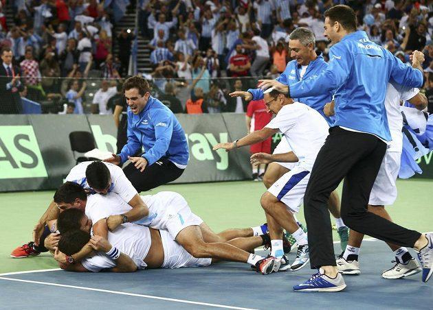 Euforie Argentinců po posledním vítězném míčku Delbonise.