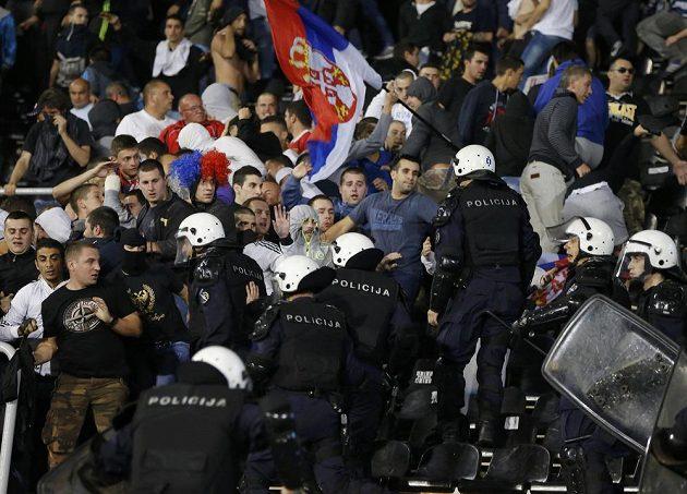 Policie zasahuje proti srbským fanouškům v utkání domácího týmu s Albánií.
