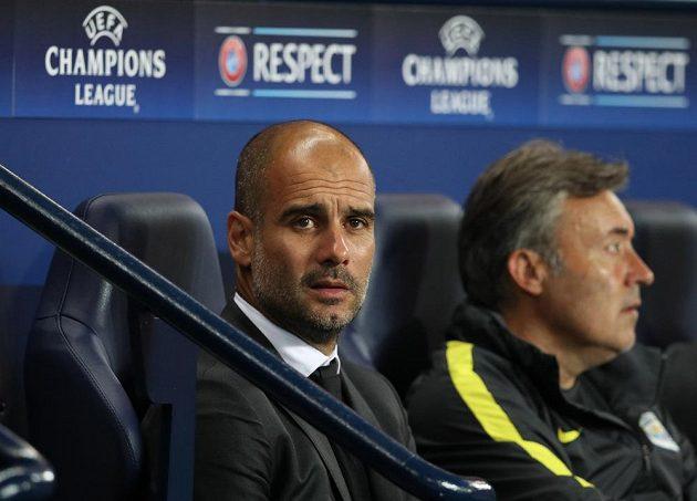 Pep Guardiola na lavičce Manchesteru City při utkání s Borussií Mönchengladbach.