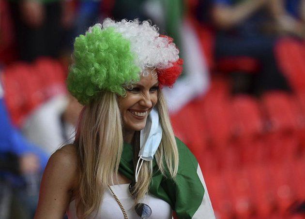 Italská fanynka se směje před osmifinále EURO, v němž je soupeřem Itálie tým Rakouska.