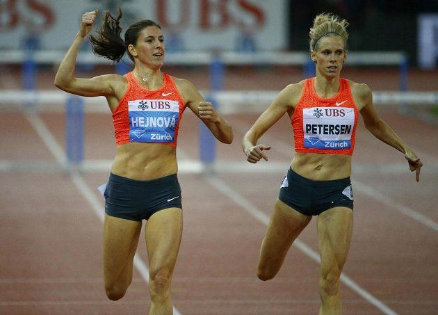 Zuzana Hejnová (vlevo) vítězí v závodě na 400 metrů překážek na Diamantové lize v Curychu.