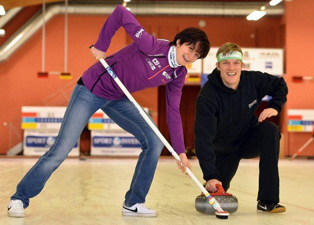 Rychlobruslařka Martina Sáblíková a krasobruslař Tomáš Verner si v rámci setkání s olympioniky po jejich návratu ze Soči zahráli v Praze turnaj v curlingu.