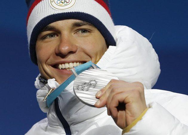 Druhý biatlonista z nedělního sprintu Michal Krčmář se stříbrnou medailí během slavnostního ceremoniálu.