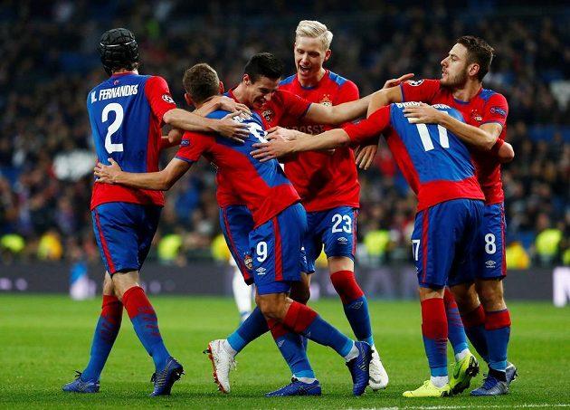 Hráči CSKA Moskva oslavují gól na stadiónu Realu Madrid.