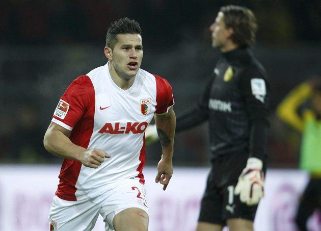 Záložník Augsburgu Raúl Bobadilla slaví gól na hřišti Borussie Dortmund v utkání 19. kola bundesligy.