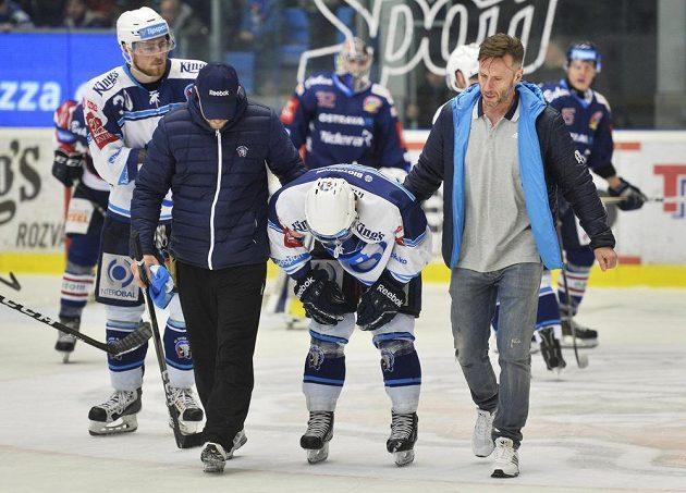 Zraněný Lukáš Půlpán z Plzně se dostal z ledu jen za pomoci kolegů. Zápas předkola play off hokejové extraligy s Vítkovicemi byl hodně vyhrocený.
