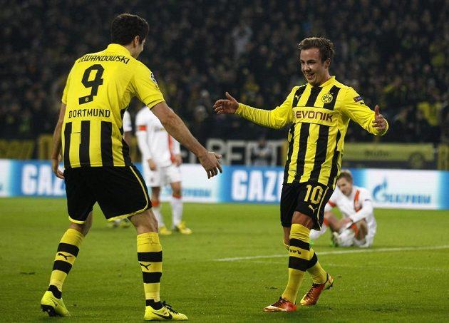 Mario Götze a Robert Lewandowski (vlevo) slaví gól v utkání s Šachtarem Doněck.