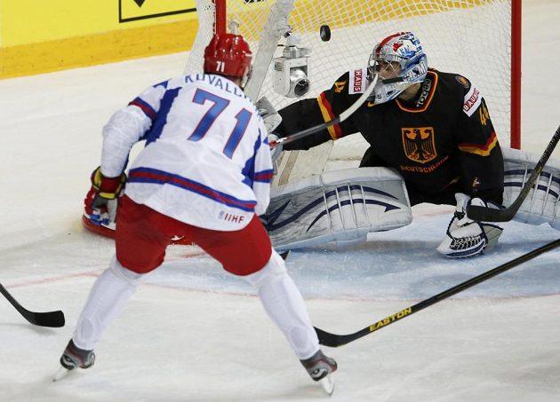 Ruský snajpr Ilja Kovalčuk překonává německého gólmana Dennise Endrase.