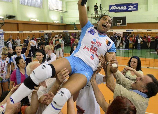 Kapitánka prostějovských volejbalistek Solange Soaresová (uprostřed) oslavuje titul mistryň republiky po vítězství nad Olympem Praha.