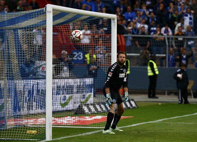 S tím nejde nic dělat. Brankář Karlsruhe Dirk Orlishausen jen sleduje, jak míč po střele Marcela Díaze míři do jeho brány.
