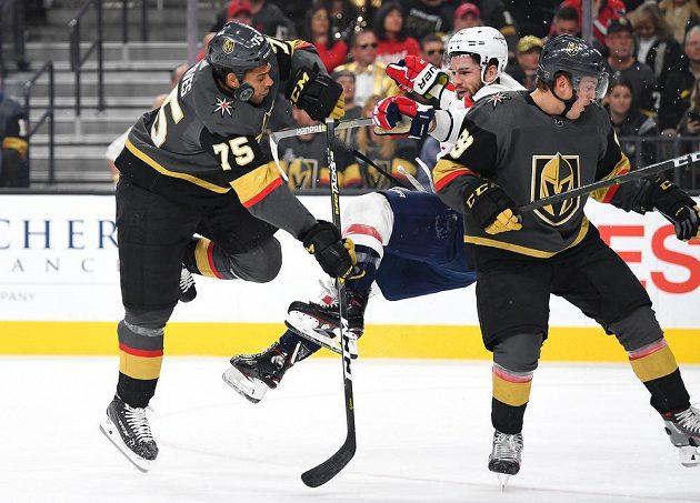 Ryan Reaves (vlevo) z Vegas Golden Knight sráží v úvodní třetině zápasu Toma Wilsona z Washingtonu.
