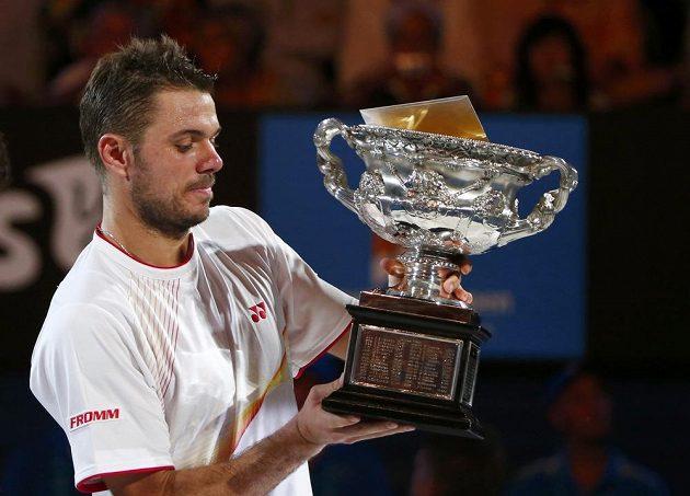 Švýcarský tenista Stanislas Wawrinka s trofejí pro vítěze Australian Open.