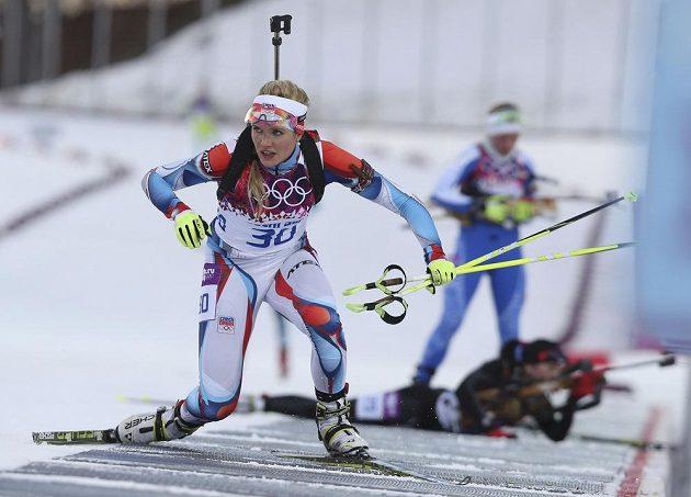 Gabriela Soukalová odjíždí ze střelnice při vytrvalostním závodě na 15 km v Soči.