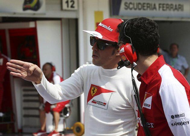 Jsme prostě pomalí, vysvětluje Fernando Alonso technikům Ferrari.