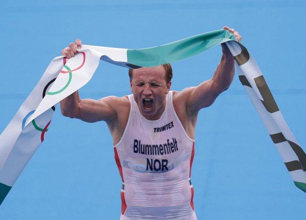 Vítězný Kristian Blummenfelt z Norska v cíli triatlonu.