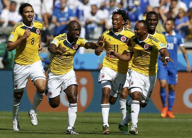 Kolumbijec Pablo Armero (druhý zleva) slaví se spoluhráči gól do sítě Řecka.