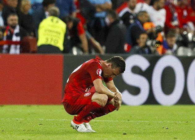 Zklamaný český záložník Vladimír Darida po porážce od Turecka.