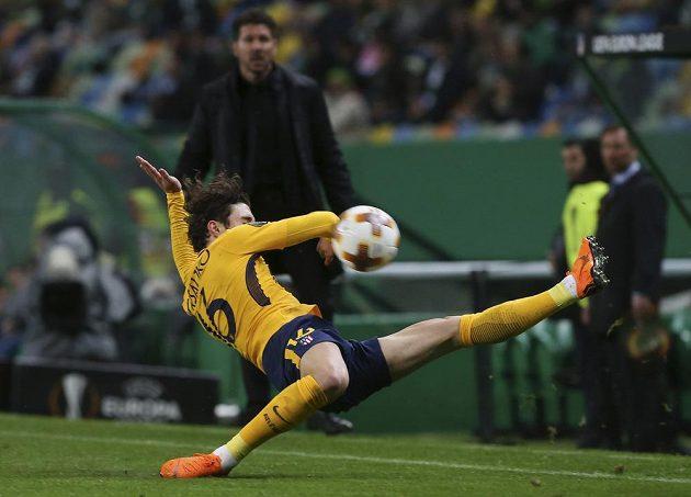 Akrobatický obranný zákrok obránce Atlétika Madrid Šimeho Vrsaljka.