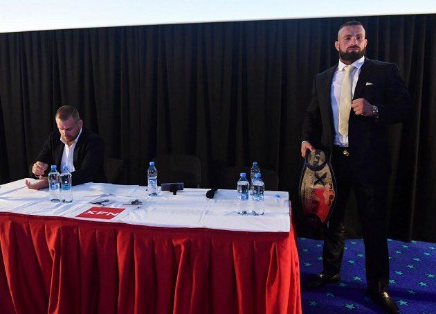 Patrik Kincl a Karlos Vémola při výměně názorů před svým zápasem.