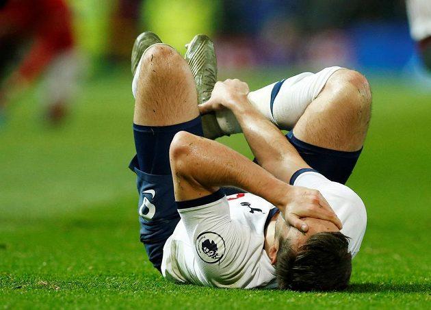 Zraněný Harry Winks z Tottenhamu na trávníku.