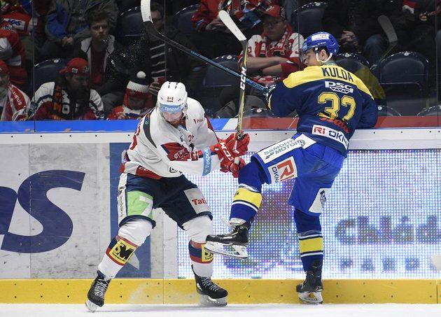 Hokejisté Rhett Holland z Pardubic a Edgars Kulda ze Zlína v souboji během extraligového utkání.