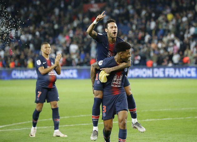 Mistrovská radost PSG. Brazilec Neymar a jeho spoluhráč Presnel Kimpembe slaví poté, co tým PSG získal další mistrovský titul.