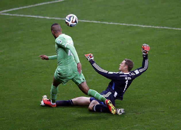 Manuel Neuer se několikrát dostal mimo velké vápno - takto na poslední chvíli hasil nebezpečí proti Slimanímu z Alžírska.