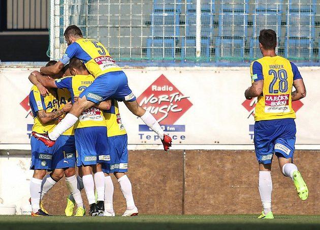 Tepličtí hráči se radují po vstřeleném gólu v utkání 5. kola první fotbalové ligy s Jihlavou.