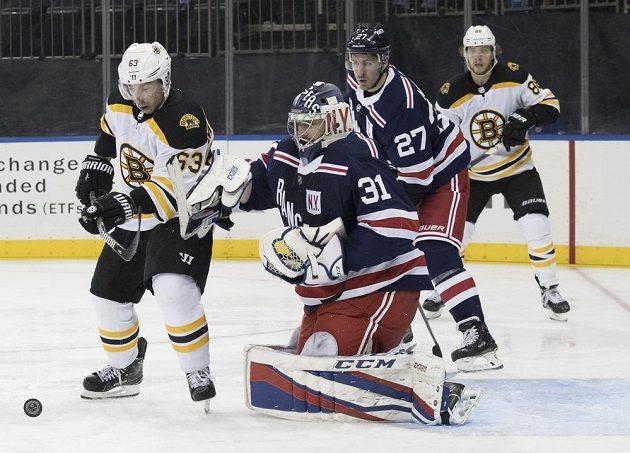 Útočník Bostonu Brad Marchand (63) se snaží překonat českého brankáře NY Rangers Ondřeje Pavelce (31).