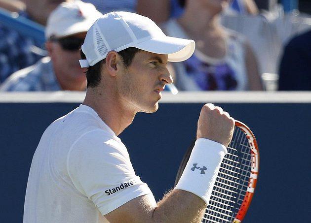 Andy Murray slaví postup nad Richardem Gasquetem.
