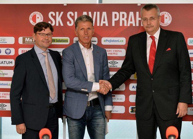 Jaroslav Šilhavý (uprostřed) vystoupil na tiskové konferenci v Praze coby nový kouč Slavie. Vlevo je generální ředitel klubu Martin Krob a vpravo předseda představenstva Jaroslav Tvrdík.
