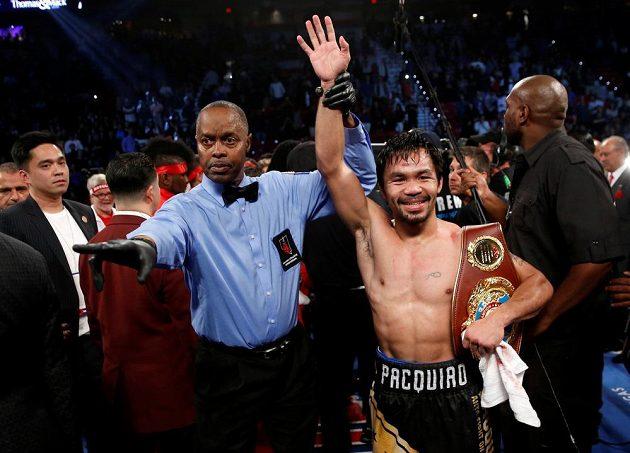 Usměvavý Manny Pacquiao si hrdě drží pás WBO po vítězném utkání.