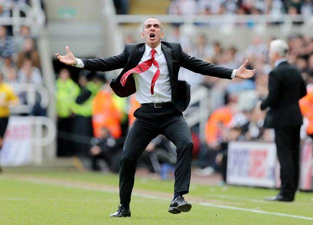 Paolo Di Canio slaví gól Sunderlandu, v pozadí kouč Newcastlu Alan Pardew.