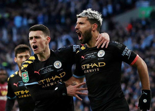 Sergio Agüero (vpravo) z Manchesteru City se raduje poté, co otevřel skóre ve finále anglického Ligového poháru proti Aston Ville.