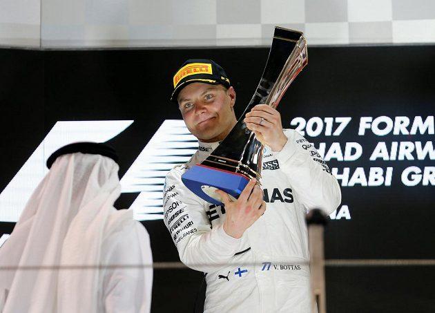 Valtteri Bottas s trofejí pro vítěze závodu F1 v Abú Zabí.