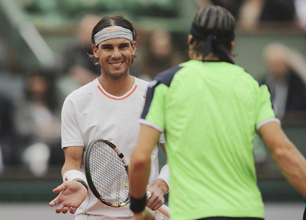 Vítěz a poražený - Rafael Nadal (vlevo) porazil Davida Ferrera a v Paříži získal svůj osmý triumf.