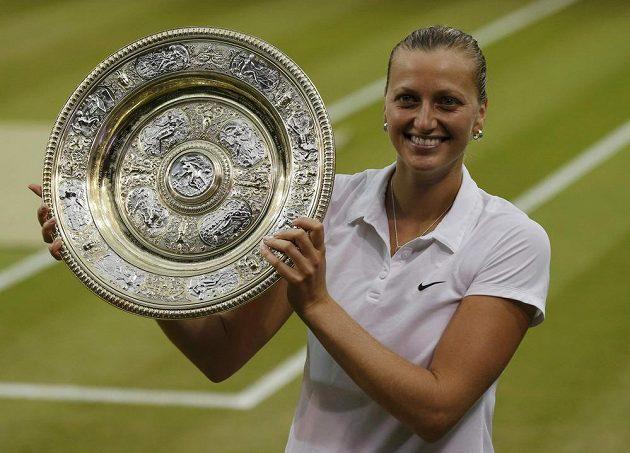 Petra Kvitová s trofejí pro vítězku Wimbledonu.