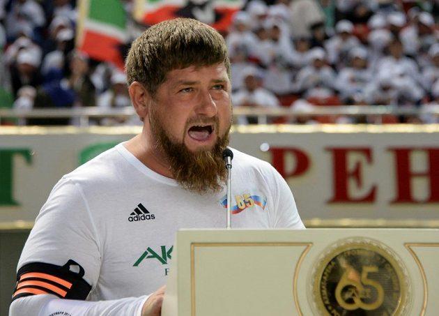 Čečenský vůdce Ramzan Kadyrov hovoří před fotbalovým zápasem k příležitosti narozenin Vladimira Putina.