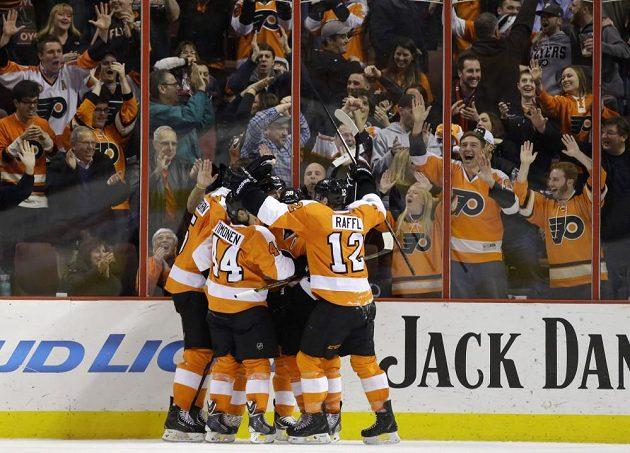 Hokejisté Philadelphie se radují z vítězství nad Columbusem.