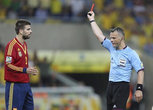 Gerard Piqué vidí červenou kartu v rukách sudího.