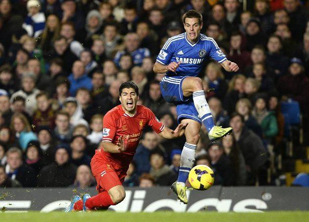 Obránce Chelsea Cesar Azpilicueta (vpravo) v souboji s uruguayským útočníkem Liverpoolu Luisem Suárezem.