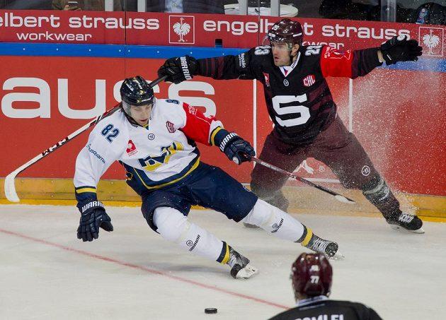 Zleva útočník Jönköpingu Kevin Stenlund a útočník Sparty Lukáš Pech.