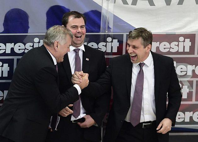 Radost trenérů (zleva) Vladimíra Vůjtka, Jaroslava Špačka a Josefa Jandače z výhry nad Švédy.