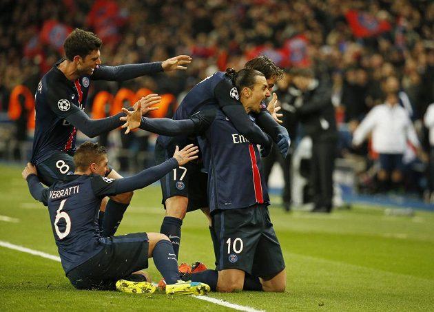 Útočník Paris St. Germain Zlatan Ibrahimovic (č. 10) se raduje se spoluhráči z gólu proti Chelsea.