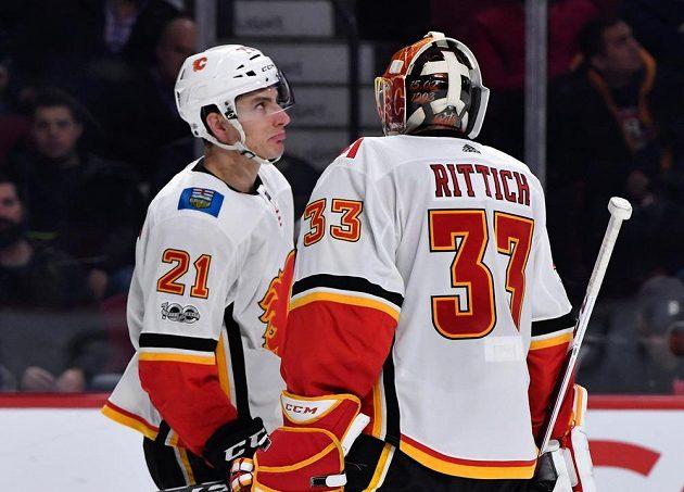 Calgary slaví výhru nad Montrealem v utkání NHL. Pro Plameny ji vychytal český brankář David Rittich, na snímku je i útočník Garnet Hathaway.
