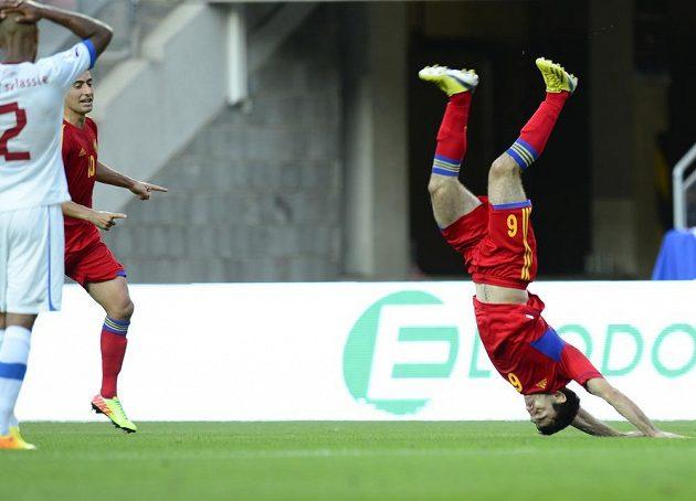 Arménský záložník Karlen Mkrtčjan (vpravo) se raduje ze vstřelení gólu proti České republice.