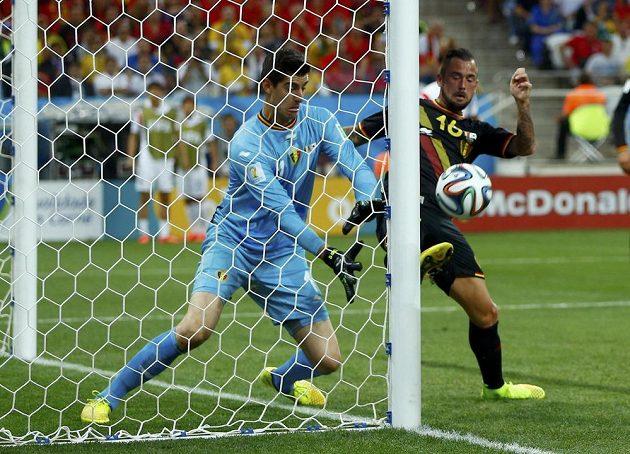 Steven Defour a belgický brankář Thibaut Courtois měli při této šanci korejských fotbalistů velké štěstí.