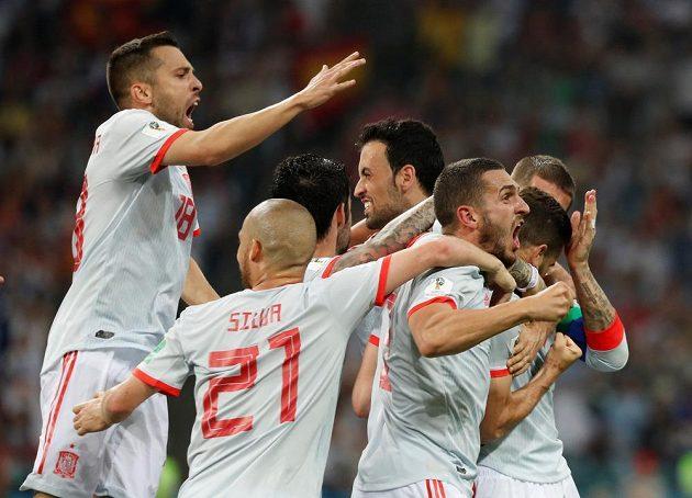 Španělská radost po zásahu Nacha do sítě Portugalska v utkání MS byla obrovská.